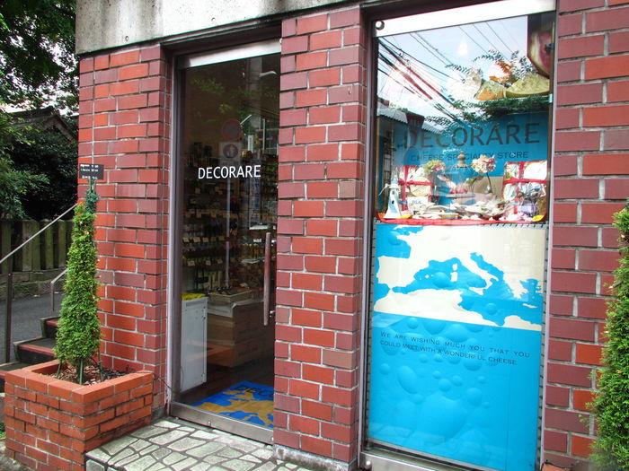 路地裏にてお洒落なお店を発見!といった佇まいの、欧州食材専門店「DECORARE(デコラーレ)」 店内は、様々なボトルワイン、ヨーグルト、グラム売りされているチーズや生ハムが目白押し。