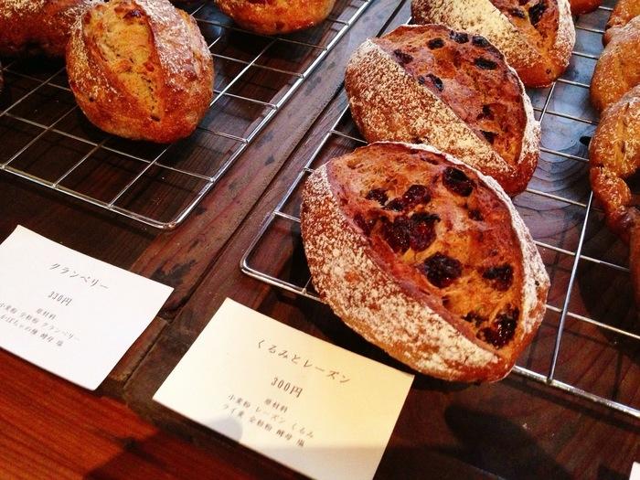 素朴な香りがしてくるハード系のパンの他にも、酵母スコーンやイングリッシュマフィン、あんこのお焼き、フォカッチャ、プチパンなどもあります。  こちらは、クランベリー、くるみ&レーズンのパンです。たくさんの味わいを楽しめます♪