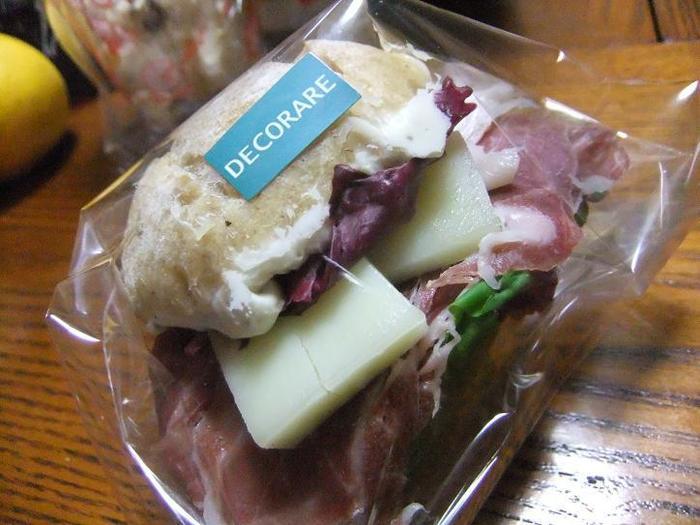 生ハムの塩加減と、チーズに新鮮お野菜を加えてガブリ! ボリュームたっぷりです。