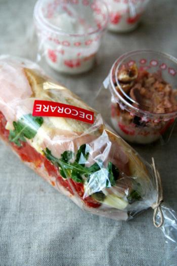 サンドイッチ類はショーケースの上に。 お店でハムやチーズに当たりをつけて、サンドイッチで試してみるのもよし。