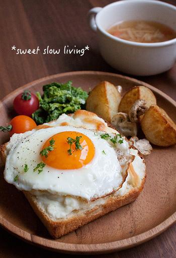 トーストの上に目玉焼き。これぞ定番。そして、間違いなく美味しいものです。