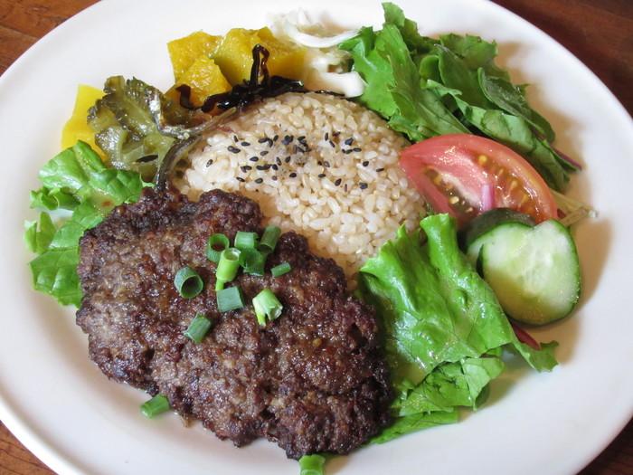 こちらは食べ応えのある手ごねハンバーグのランチプレートです。 真ん中には炊き込みご飯、セットでお味噌汁もつきます♪