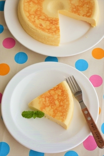こちらはクリームチーズを通常の半分の量は使用していますが、他は水切りヨーグルトや豆乳で代用したヘルシーなチーズケーキです。 お砂糖も三温糖にすることで、少量でも満足の甘味に仕上がります♪