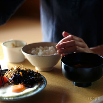 料亭や旅館で見かけることが多い漆器だけど、おうちで使っている食器に漆器はありますか? 日本の伝統工芸でもある漆塗りだからこそ、もっと身近に使っていきたいですよね。