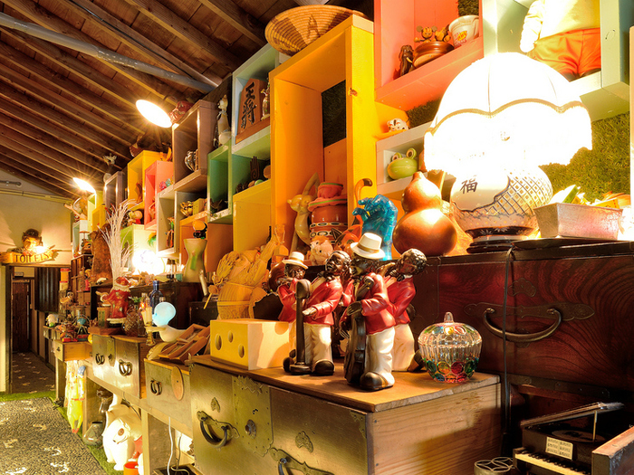 オーナーが集めた色彩豊かな品物がそのままインテリアとなっています。