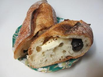 こちらは、クルミとクリームチーズ、クランベリーの「CCB」と呼ばれるハード系パンです。