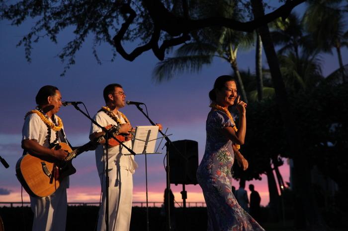 夕方になるとプールサイドでハワイアンの生演奏がはじまります。サンセットの変わりゆく空を背景に極上のリラックスタイムです。