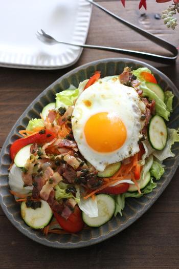スタミナサラダと目玉焼きの相性は抜群。主役のおかずとして十分なボリュームです。