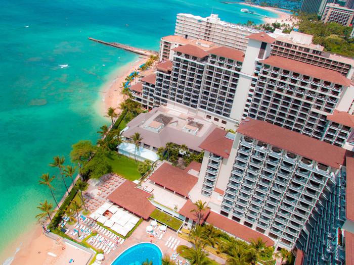 30階以上の高層ホテルも多いワイキキビーチでハレクラニは17階建て。ハレクラニの存在を知らない人は地味な印象を受けるかもしれません。けれどそれはすべてのゲストに最高のサービスと落ち着いた滞在を提供するためのハレクラニなりのこだわりです。
