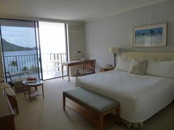 ゲストルームも白を基調にしたデザイン。派手な色でごまかすことなく、あくまでもピュアな雰囲気。ゲストルームのコンセプト「セブン ジェイト オブ ホワイト」、七色の白が優しいハワイの光と調和します。