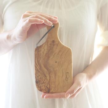 フランスで100年以上の歴史を誇るオリーブウッド製品のブランド「ベラール(BERARD)」。硬くて丈夫で日々の使用に耐え、しかも木目の表情も豊かなオリーブの木は、カッティングボードに適しています。平和の象徴、幸せの木ともいわれるオリーブの木のボードをぜひ1枚いかがですか?