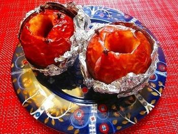 流行りのココナッツオイルを使って、焼きりんごを作ってみましょう。シナモンシュガーと相まって、ほどよい甘さに仕上がります。