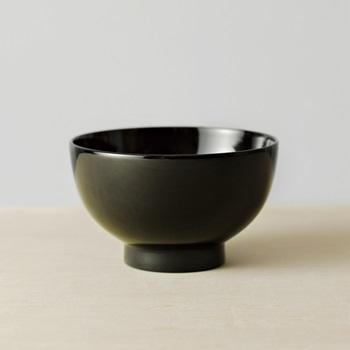 こちらは、漆の椀のなかでも本格派の、「真塗り」の椀。最も耐久性にすぐれた真塗りは、内側から輝く雰囲気を持っていますね。