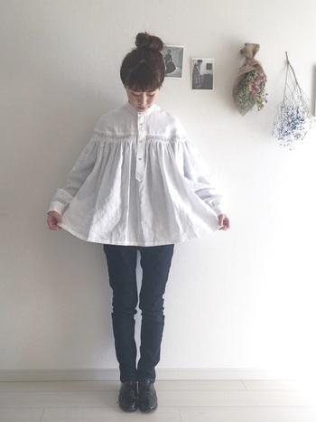 シャツやブラウスなど、オーバーサイズのものが流行していますよね。ふんわりとしたフレアデザインが春らしいリネンタックシャツも、スリムなスキニーパンツですっきりと着こなしましょう。