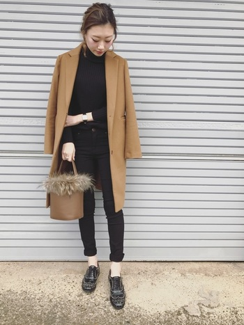 オールブラックのコーディネートにキャメルのチェスターコートを羽織ったキレイめオトナカジュアル。黒スキニーとスタッズ付きのおじ靴でマニッシュな雰囲気ですね。