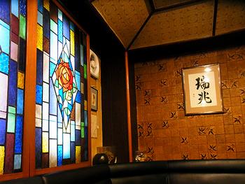 ステンドグラスが飾られた店内は、昭和の懐かしい雰囲気。