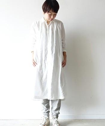 特にホワイトのシャツワンピースは清潔感を最大限に引き立てつつ、キレイめな印象も魅せてくれるアイテムです。パンツをあわせても良し、ソックスにワンアクセントつけても良しです。