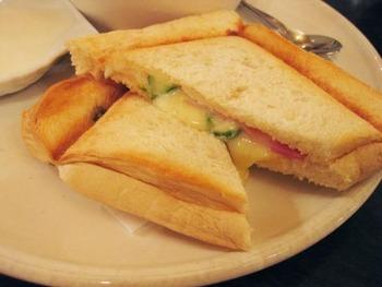 「ローヤル珈琲店 本店」の人気メニューは、《ホットサンド》。でも厚切りのトーストは見逃せない。