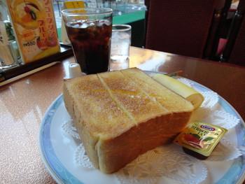 飲み物、ゆで卵、サラダがついたモーニングセットには、厚切りのバタートーストがついています。  ☆[月~金]7:00~23:00 [土・日・祝]8:00~23:00 ★朝食営業、ランチ営業、日曜営業  ※最新の営業時間は下記HPよりご確認ください。