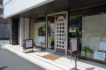 「フレンチボーグ」は湯島駅すぐそばの喫茶店。カフェと付いていますが、絵画が飾られた綺麗な喫茶店。居心地の良い店内です。