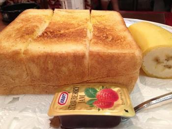 トーストと一口でいっても、薄切りのタイプから厚切りのタイプ、耳付き、耳なし、バターやジャムのスプレッドまで含めれば、ヴァリエーションは豊富。  でも、パンの穀物の甘味と、フワッとカリッとした食感を純粋に楽しむのなら、やっぱり「厚切りトースト」が一番!出来れば、美味しい珈琲とともに、居心地の良い喫茶店で食べたいものです。