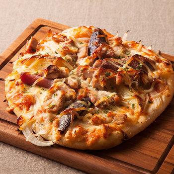 色とりどりの野菜をたっぷり使ったお料理がいただける「やさいの王様」。 ピザも野菜がもりだくさん!玉ねぎにほくほくのポテトなどたっぷりの野菜がトッピング。こちらは、野菜たっぷりですが、チキンも使われています。