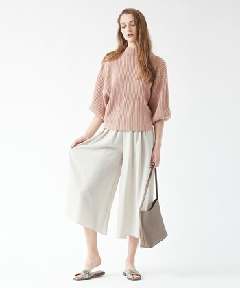 マニッシュなシルエットのアイテムも、ピンクを取り入れるだけでぐっと女性っぽく。ホワイトとの組み合わせは安定感も抜群で、着る人を選びません!