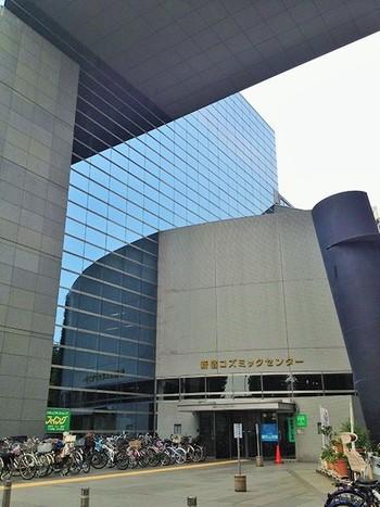 東京メトロ副都心線・西早稲田駅から歩いて5分ほどにある新宿区の生涯学習施設です。プラネタリウムは、プールや体育館のある8階に。