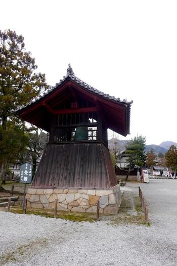 仁王門を入ってすぐの場所にある鐘楼には、国宝に指定されている當麻寺の梵鐘があります。作者はわからないものの、日本最古のものと推定される梵鐘は、當麻寺創建当時に作られたものと推定されており、国宝に指定されています。