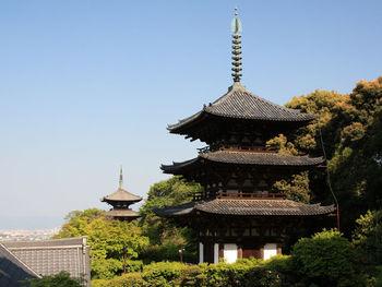 奈良時代から平安時代初期に建立された2基の塔、西塔と東塔はどちらも創建当時から現存しているものです。中世以前に建立された寺院で2基の両塔が現存しているのは、日本全国で當麻寺のみです。