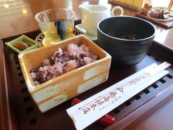 """""""お赤飯""""で有名な「鳴海餅本店」は、明治8年創業の老舗和菓子店です。"""
