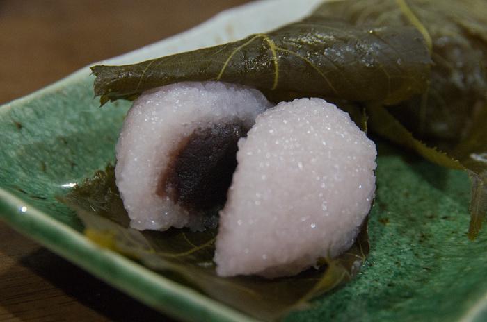 粒つぶした見た目の道明寺は、食べると滑らかで、モチモチっとした食感。厚みがあって、食べ応え十分。中身のこし餡は、豆大福と同じ。桜の季節なら、豆大福よりも「桜餅」がお勧めです。