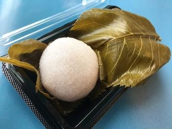 「緑菴」の桜餅は、まん丸で桜色。 粒がしっかりとたった道明寺生地とこし餡の滑らかさが絶妙。