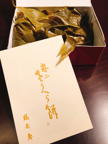 端正で雅な風情の「鶴屋寿」の「桜餅」。桜の名所で知られる嵐山では一年を通して「桜餅」が販売されています。