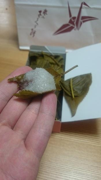 甘さ控えめのこし餡と、道明寺の柔らかさ、桜葉の塩気が絶妙なコンビネーション。 一口サイズなので、とても食べやすいです。