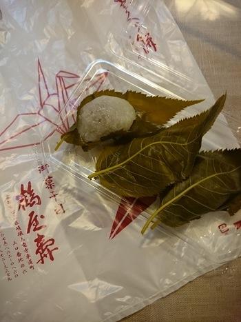 「桜餅」は、季節でなくても時折無性に食べたくなるもの。「鶴屋寿」では一年を通して通販しています。
