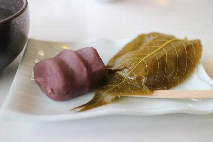 嵐山をかたどったという、上品なこし餡に包まれた「櫻もち」も美味。 二つを同時に頂く贅沢を味わえる名店の桜餅です。(通販は、以下の公式サイトから)