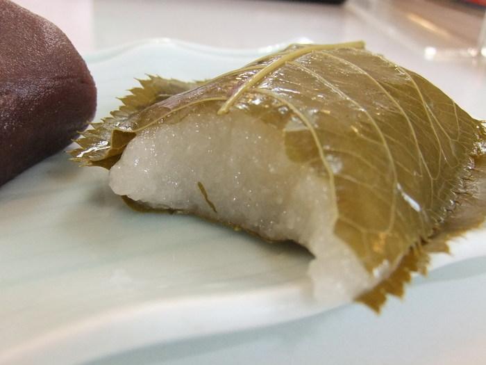 桜の風味と道明寺の味わいを堪能するのなら、「琴きき茶屋」の「櫻もち」がお勧め。