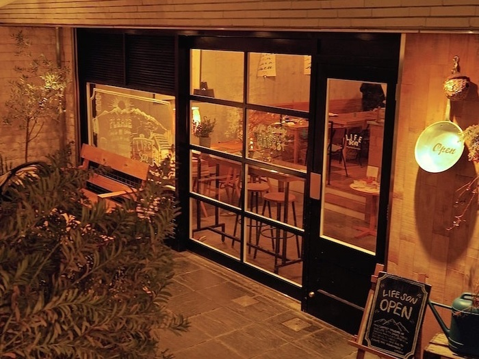 向かって左側がLIFEsonカフェ。ピザやパスタなどのイタリアンを提供するお店です。 もともと代々木八幡にあったLIFEというカフェの系列です。