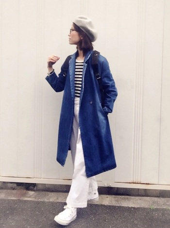 デニムのトレンチコートに、ボーダーのシャツで春のマリンスタイル。 白いパンツとスニーカーがより爽やかさを際立たせてくれますね。