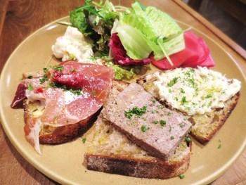 お料理はフレンチベース。写真のタルティーヌで使われているパンはもちろんTARUI BAKERYのもの。お野菜がたくさんのヘルシーな料理が揃い、使っているお野菜は新鮮な三浦野菜が中心だそう。
