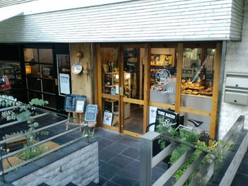 参宮橋に3年ほど前にオープンしたカフェ&ベーカリー、【LIFEson】と【TARUI BAKERY】。異なる二つのお店は隣り合って営まれており、店内で行き来することも出来ます。建物のデザインやインテリアにもこだわった、オープンエアで居心地のいい空間を提供する二つのお店。そんな魅惑のカフェとベーカリーをご紹介いたします。