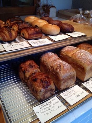 パンの種類は決して多くは無いのですが、丁寧に作られたシンプルなパンが人気を呼んでいます。噛めば噛むほど味わえるような、ハード系のパンが主流。