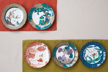 九谷焼は緑・黄・赤・紫・紺青の「五彩」と呼ばれる5色の絵の具を使って色鮮やかに絵付けが行われるのが特徴です。こちらはムーミン達が描かれてかわいらしく仕上がっていますが、「五彩」が見事に使われています。