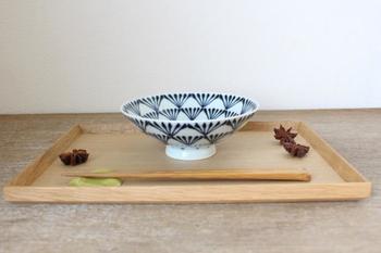 長崎県・東彼杵郡波佐見町で作られている「波佐見焼(はさみやき)」。透明感のある白磁(白い土に透明の釉薬をかけたもの)と、「呉須」という藍色の顔料による絵付けが特徴です。