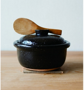 直火OKのものが多いのが特徴の萬古焼、特に土鍋は国内シェアの80%を占めています。  また、「紫泥急須」という鉄分を含んだ土で作られた急須も、鉄分によりお茶がまろやかになるということで人気です。最近ではタジン鍋なども作られています。