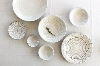 素朴で温かみのある、味わい深い陶器ですね。20世紀のイギリスを代表する陶芸家、バーナード・リーチから「用の美の極致である」と称賛されたことは有名なエピソードとなっています。
