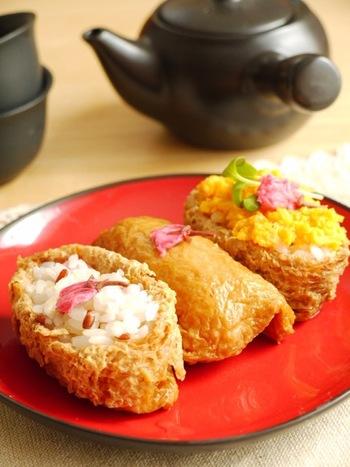 お弁当に最適な、いなり寿司。こちらの写真のように赤米で桜をイメージしたような仕上がりにすれば、すっかりお花見気分になりますね。