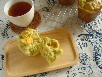 ヘルシーなアボカドとお手軽なプロセスチーズを入れた、珍しいお食事マフィン。粉チーズも入って、さらにコクがあります。