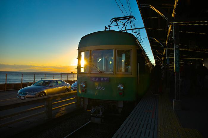 でも日没時に夕焼になりそうなら、鎌倉高校前の駅へどうぞ。 ここから見る冬の夕焼けは格別。なぜなら、太陽が海の方向に沈むため、夏よりも美しい日没が見られるという声もあるのです。
